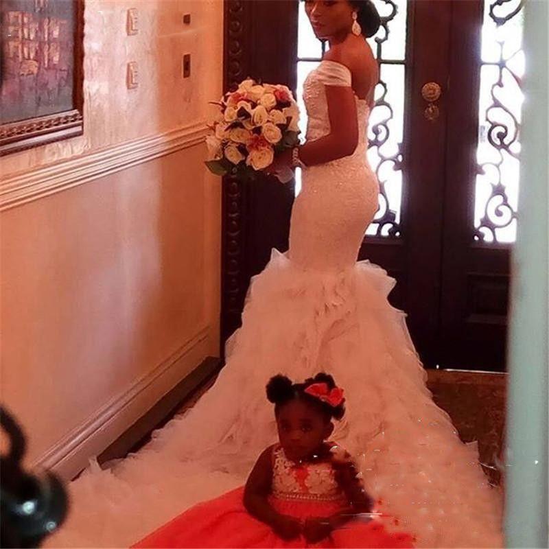Sirena 2018 Vestidos de novia Africanos Saudí fuera del hombro Volantes escalonados Apliques de encaje Cristal de cuentas Cremallera Volver Capilla Tren Vestidos de novia