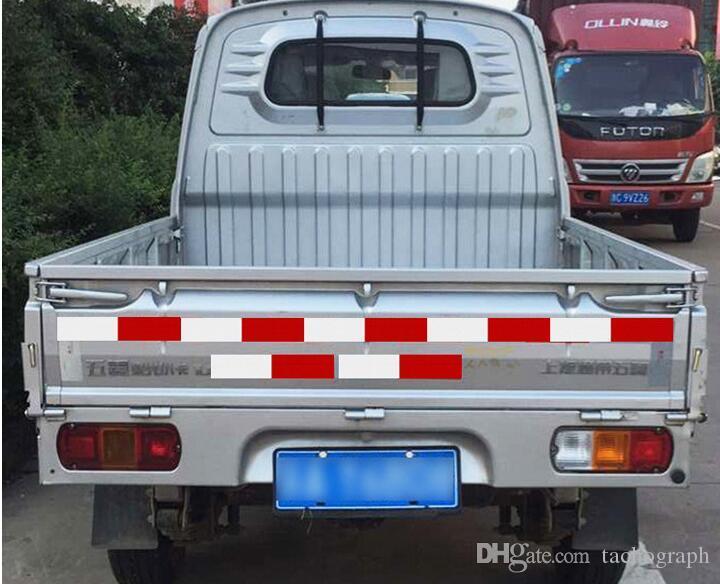 Красный и белый задний свет автомобиля