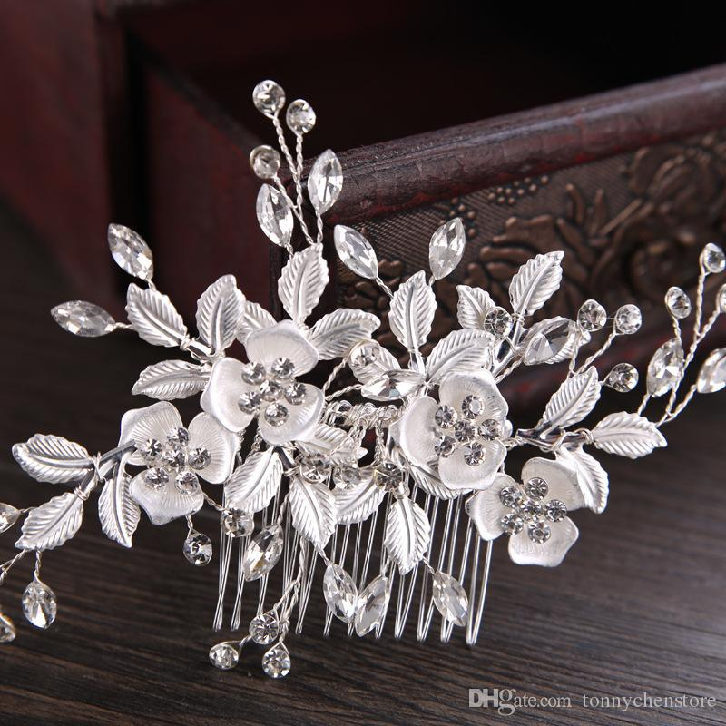 Acquista Accessori Da Sposa Fermagli Capelli Romantico Con Strass Fiore  Hairpin Rhinestone Tiara Wedding Crown Forcine Sposa Hair Comb A  17.09 Dal  ... ce415ffdf2d5