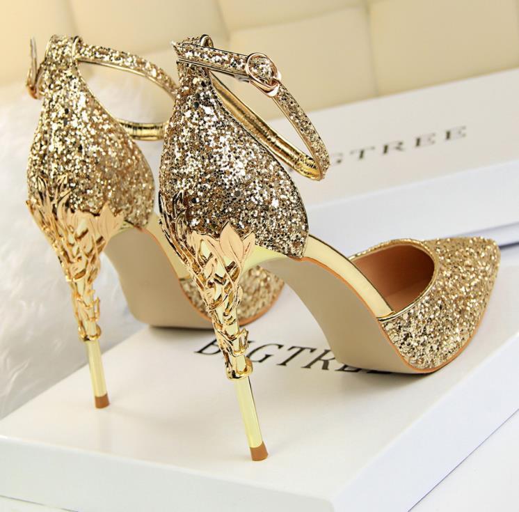 d1968d3c45 Compre Versão Coreana De 2018 Primavera E Outono Novas Mulheres Sapatos De  Cristal De Salto Alto Prata Seguir Uma Centena Sexy Lantejoulas Casamento  ...