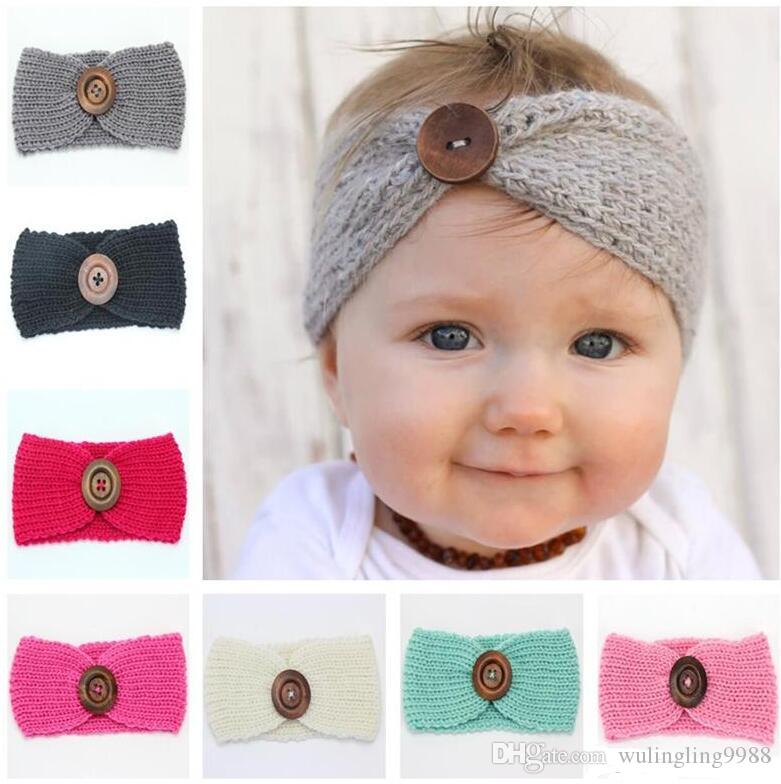 Новый новорожденных девочек мода шерсть Вязание крючком оголовье вязать лентой с кнопкой декор зима новорожденный уха теплее головной убор 60 шт.
