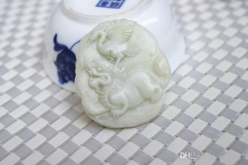 Jade blanc et jaune naturel champ bleu du shaanxi, licorne délicate de grue elliptique sculptée à la main. Pendentif collier talisman.