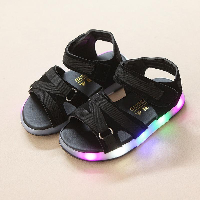 b80f82aa6c81f Compre Zapatos De Playa LED De Verano Para Bebés Que Brillan Intensamente Y  Que Son Los Primeros Caminantes Del Bebé Que Brillan A La Moda Chicas  Lindas ...