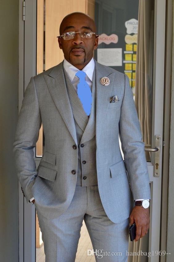 Alta calidad dos botones gris claro Novio esmoquin pico solapa padrinos de boda Mejor hombre trajes de boda para hombre chaqueta + pantalones + chaleco + corbata D: 188