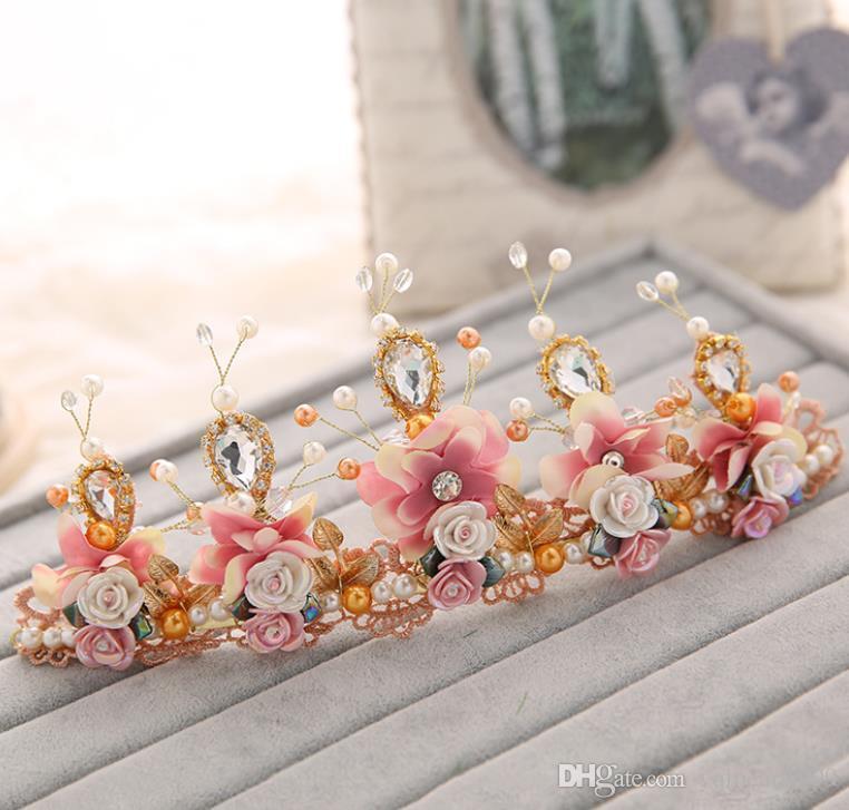 Brides, brides, brides, crown, crystal beads, crown ornaments, photo studio, wedding dress accessories.