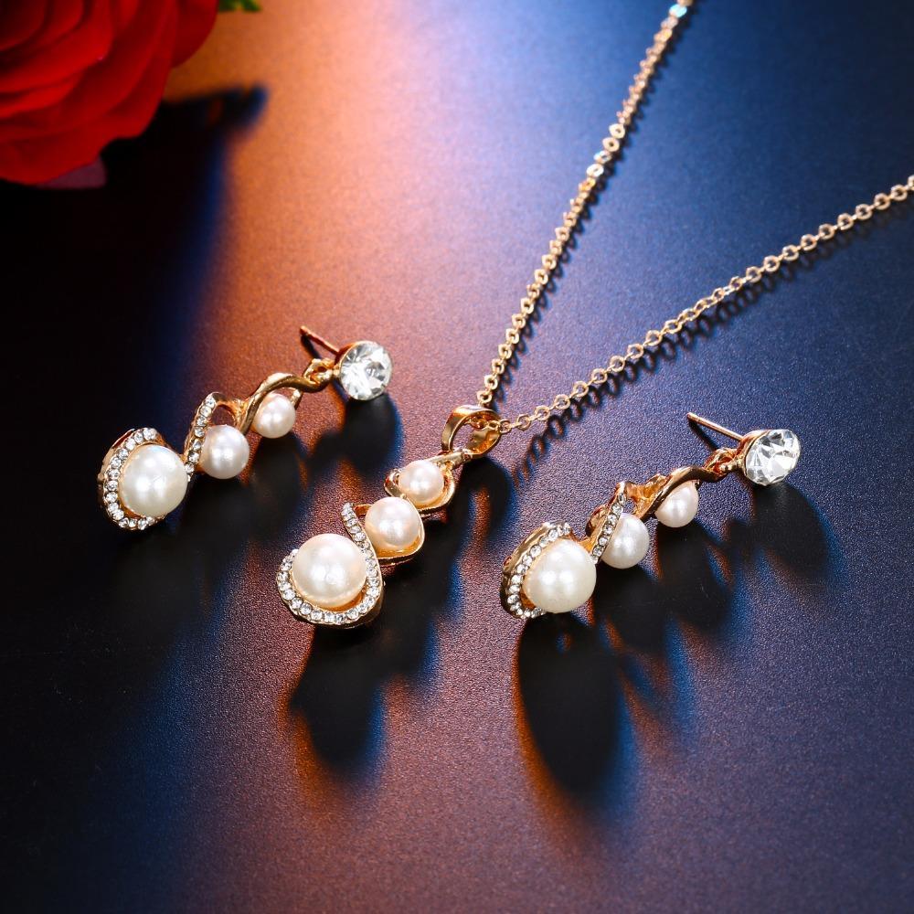 KISS WIFE Mode Spirale Charme Ensemble de Bijoux Pour Les Femmes Simulé Perle Collier De Mariage Cristal Boucles D'oreilles Femmes De Bijoux Ensemble