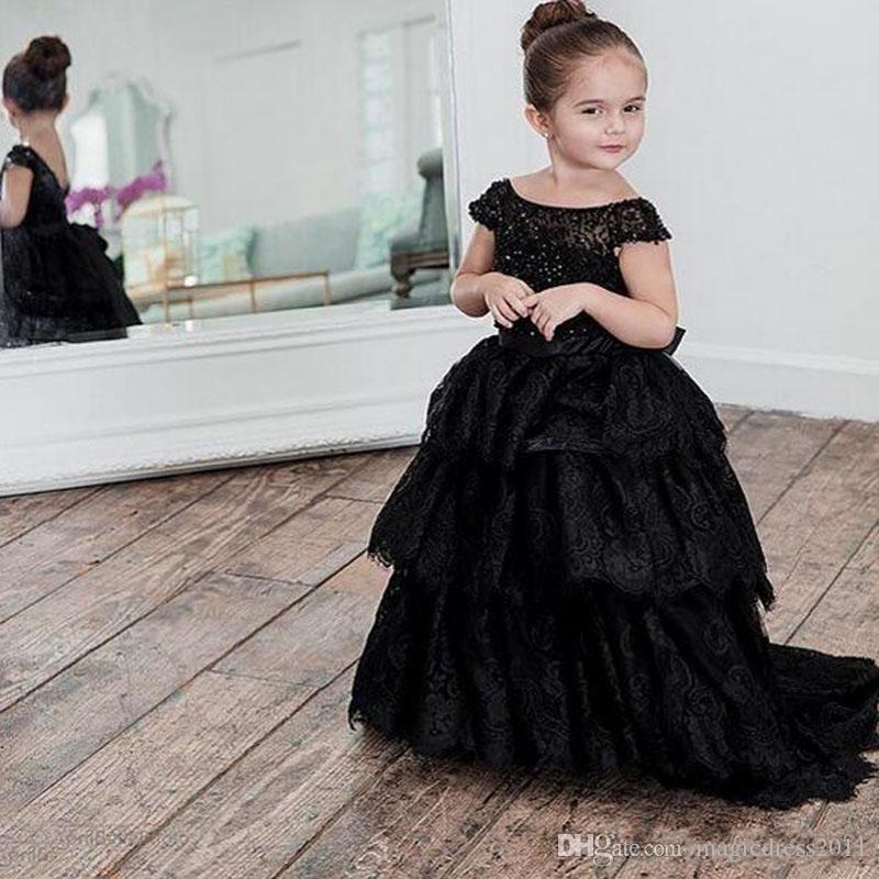 2019 Encaje negro Vestidos de niña de flores para bodas Fuera del hombro Falda con gradas Rebordear Largo vestido hasta el suelo Vestido de desfile Niños Vestido de fiesta