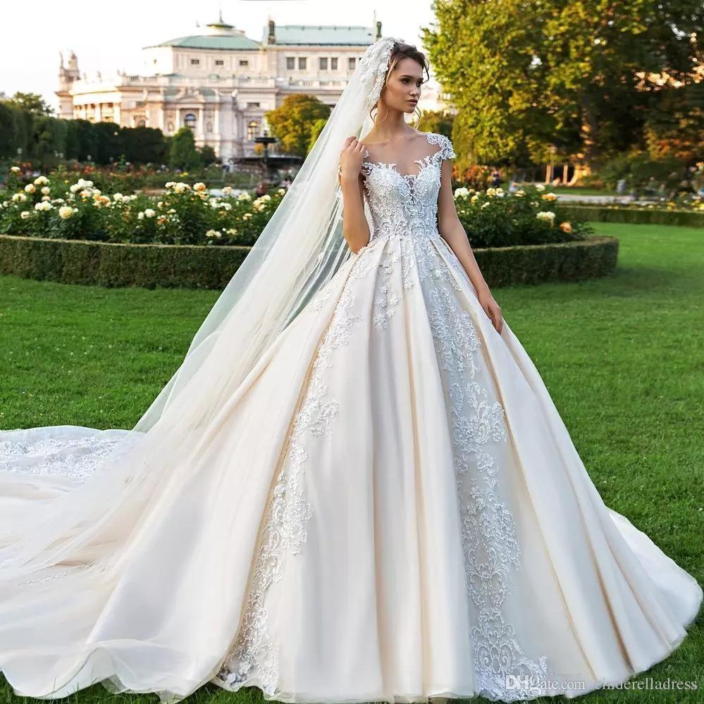 Magníficos bola Vestidos de novia vestido de encaje con cuentas de 2020 Sheer Bateau tamaño extra grande de los vestidos nupciales Appliqued botones Atrás catedral vestido de novia