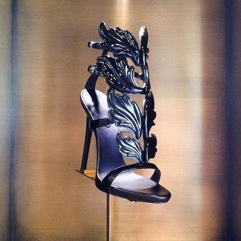 HOT SALE 놀라운 레이디 천사 날개 검은 누드 얇은 하이힐 샌들 검투사 로마 웨지 여성 골든 리프 가죽 펌프스 샌들 신발