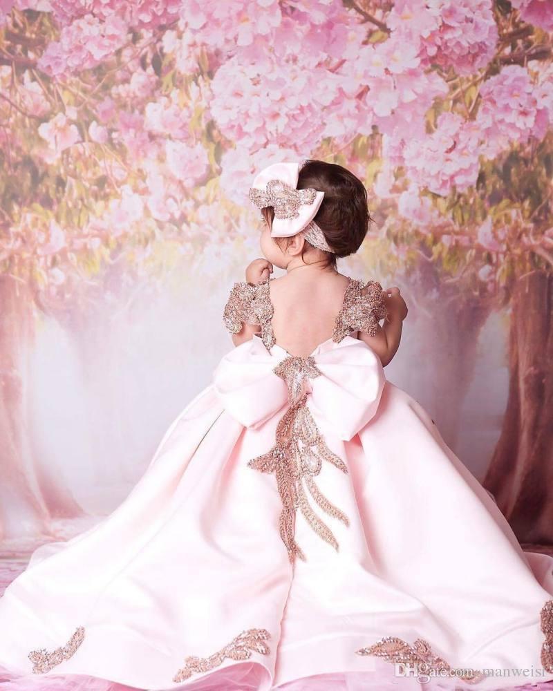 2018 rosa Ballkleid Blumenmädchenkleider für Hochzeiten Sweep Zug Pailletten Kinder formelle Kleidung niedlich Bow Kommunion Kleid