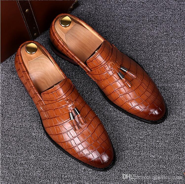 2018 Novo estilo de luxo Verão Homens Tassel Ponto Toe Padrão Mocassins De Couro Azul Vermelho Amarelo EUR Tamanho 38-43 Wedding Dating Barber's Shoes M536