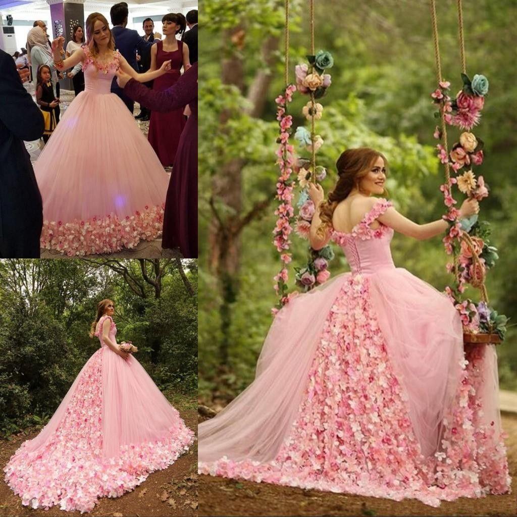 0955f2e90 Compre 2019 Barato Rosa Árabe Puffy Vestido De Fiesta Vestido De  Quinceañera Encaje Tul Con Cuentas 3D Hecho A Mano Flores Corte De Tren  Fiesta De Baile ...