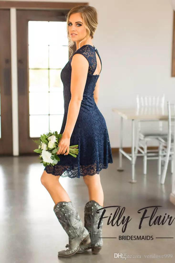 2017 قصيرة الأزرق الداكن الرباط وصيفة الشرف توج الأكمام الركبة طول خادمة الشرف أثواب رخيصة البلد فستان العروسة