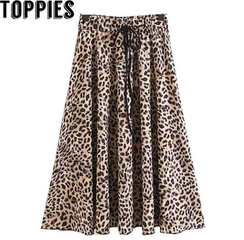 671f849e0 Falda larga con estampado de leopardo y falda larga con cordón en la  cintura de una mujer