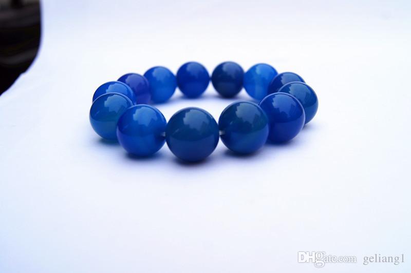 Handgemachte natürliche grüne Achatperlen 15,7 mm 13 Perlen. Das Gummiband bildet ein charmantes Armband