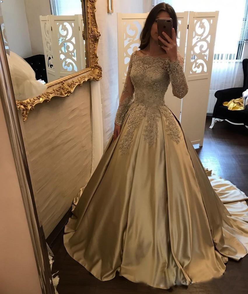 Hasta el suelo con encaje apliques festoneado escote satinado vestido de bola fuera del hombro mangas largas Champagne noche vestidos de baile