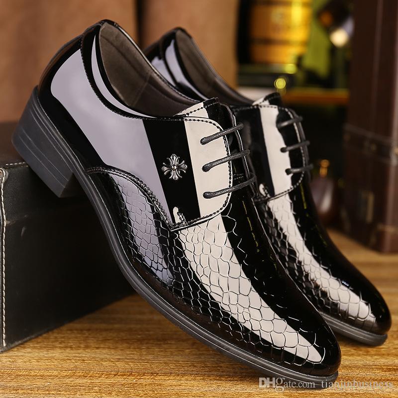 625ec7815 Compre 2018 Moda Para Hombre Zapatos De Vestir De Punta Suave Classic  Business Business Oxford Zapatos Para Hombres Mocasines Zapatos De Boda De  Cuero De ...