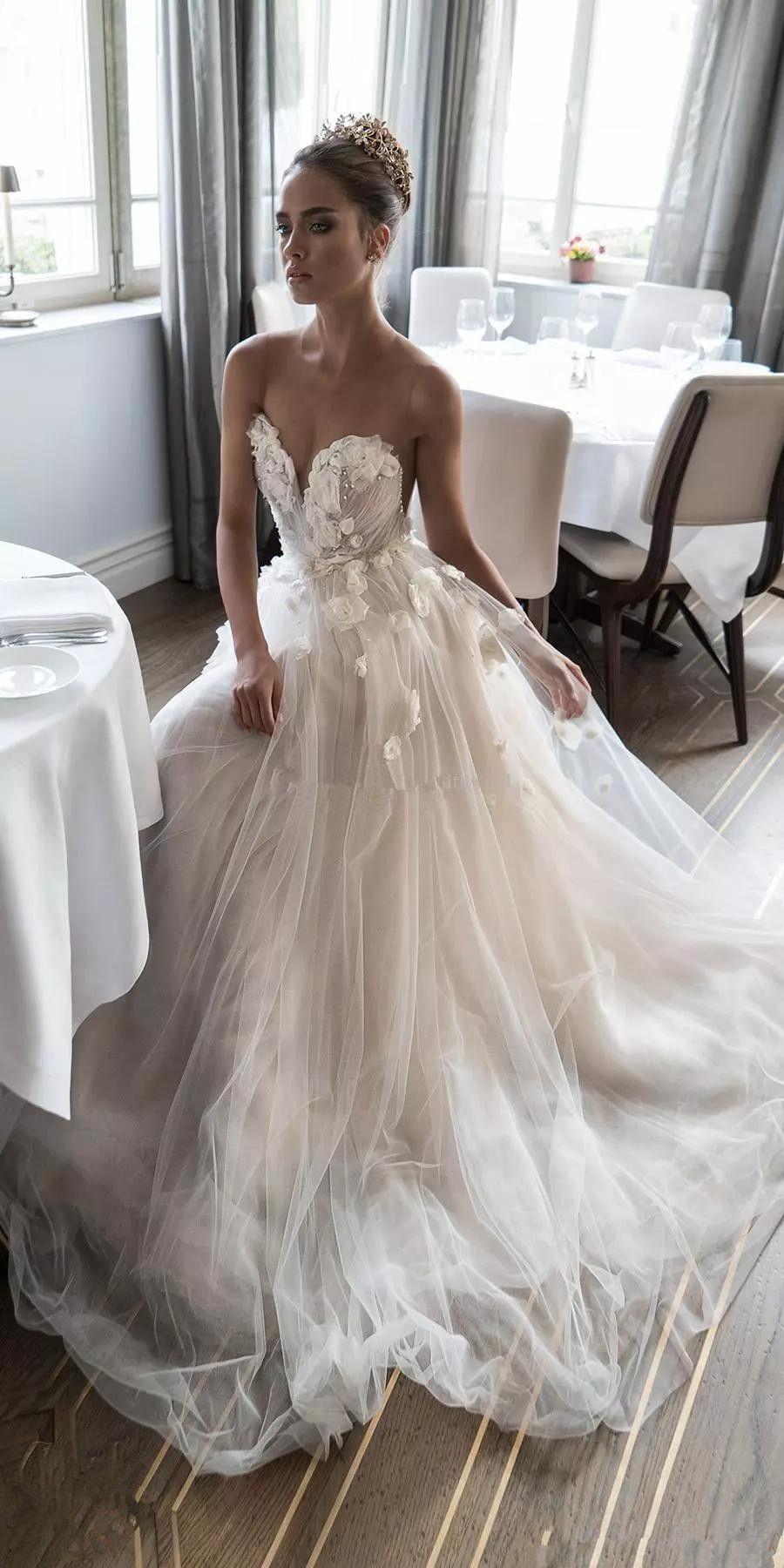 Großhandel Einzigartiges Design Handgefertigte Blumen Hochzeitskleid  Liebsten Perlen Tüll Eine Linie Romantische Design Brautkleider Nach Maß  Von