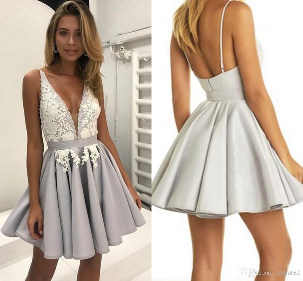 13f6aba6a2 Vestidos Tubinhos 2018 Profundo Decote Em V Lace Curto Homecoming Vestidos  De Baile Sem Encosto Applique Com Cintas De Espaguete Ruched Cetim Vestidos  De ...