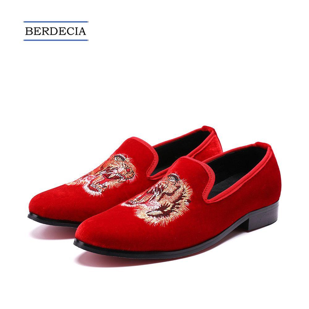Acquista 2018 Luxury Red Fashion Ricamo Velvet Men Mocassini Slip On Uomini  Smoking Pantofole Red Partito Prom Dress Scarpe Casual Appartamenti Scarpe  38 47 ... c5b3176003d