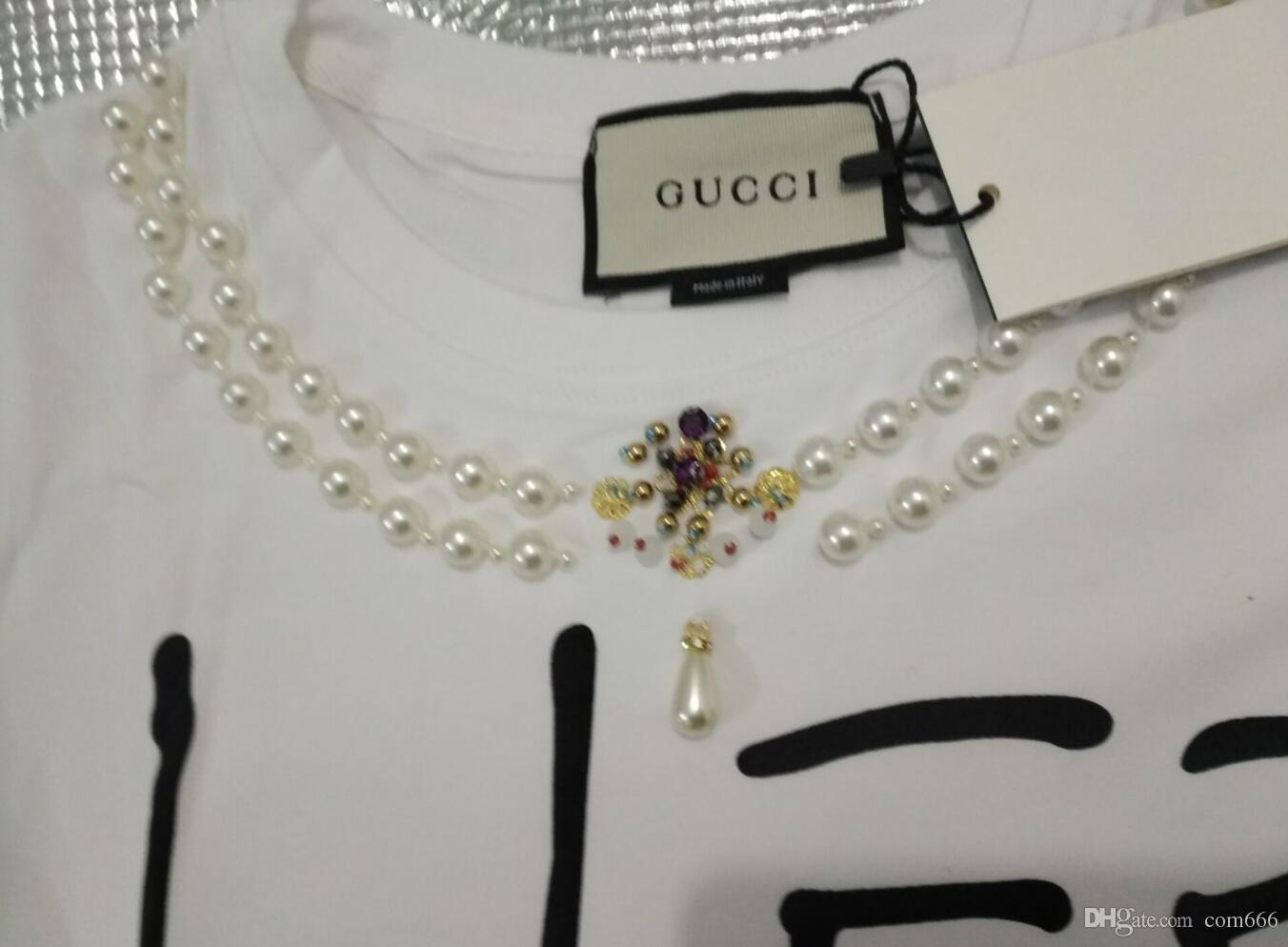 La versión surcoreana es un personaje lindo, de mano, con una chaqueta de perlas de manga corta y una camiseta.