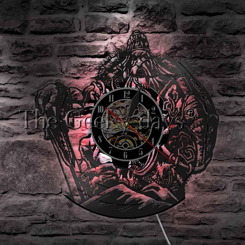 Acquista mitologia norvegese odin art wall watch illuminazione decorativa led lampada a sospensione viking warrior spada e scudo orologio da parete in