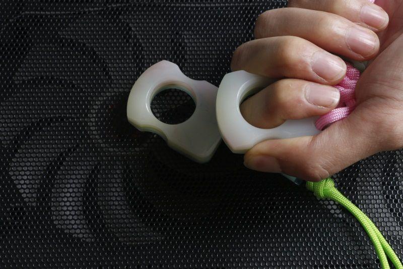 NUEVA tendencia anillo de dedo único Fluorescencia especial Puñetazo de autodefensa al aire libre Buckle Bolsillo de supervivencia EDC nudillos Multi herramientas coldplay