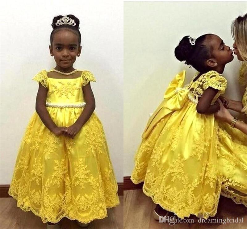 2018 afrikanische gelbe Blume Mädchen Kleider für Brautkleider Cap Sleeve Knöchel Länge Spitze Applique Bow Illusion erste Kommunion Kleid Mädchen