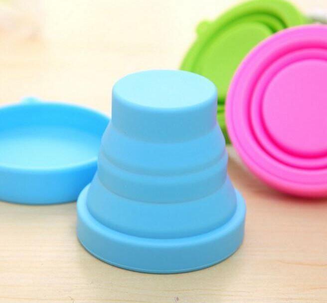 Tazze pieganti del silicone delle tazze di acqua di viaggio di nuovo modo portatili all'aperto che bevono le tazze di campeggio con la copertura antipolvere di cordicella