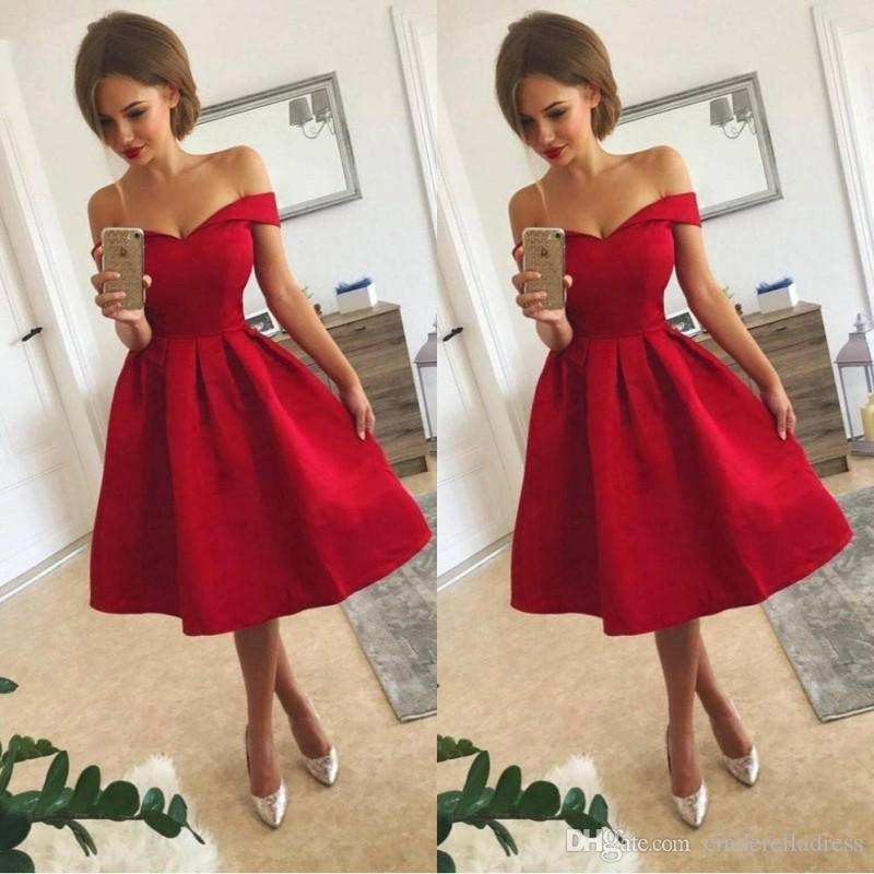 6668cbe6711b 2018 corto rojo vestidos de dama de honor fuera del hombro una línea de  longitud de la rodilla vestido de fiesta vestidos de cóctel de raso barato  más ...