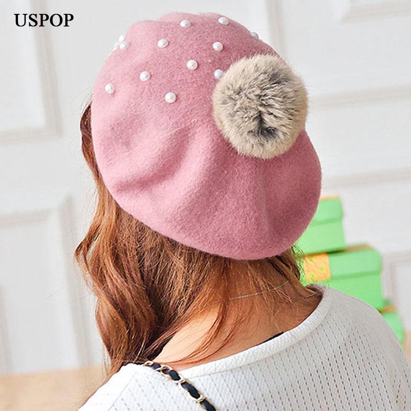 Compre USPOP 2018 Mais Novo Inverno Mulheres Chapéu De Lã Moda Boina Pérola  Grossas Boinas Quentes Com Pompons De Rainbowwo 1fd20e3ac72
