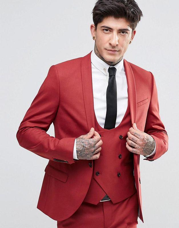 2018 Vintage Groom Red Tuxedos Chal solapa con un botón Tres bolsillos Groom Suits Extremely Cool Mejores trajes de hombre Chaqueta + Pantalones + Chaleco