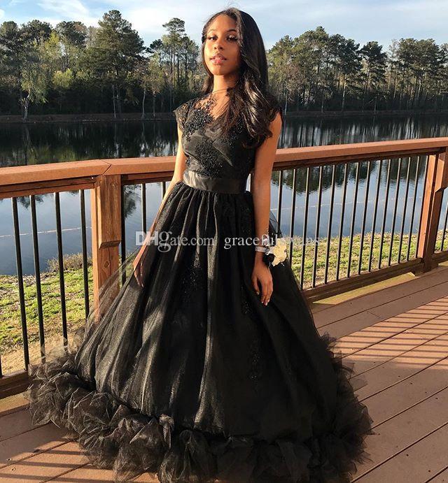 Cap Sleeve Black Girls Prom Dresses Illusion O-Collo A-Line Appliques in pizzo Prom Gowns Ruffles Gonna Ragazze Abiti da ballo Lungo