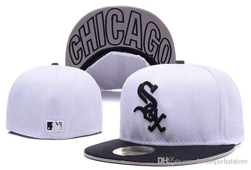 Compre 2018 White Color Men s White Sox Nombre De La Ciudad Del Sombrero  Debajo Del Borde Plano Brim Embroiered Letra SOX Logo Fans Full Cerrado  Gorras De ... 7afabdaca2a