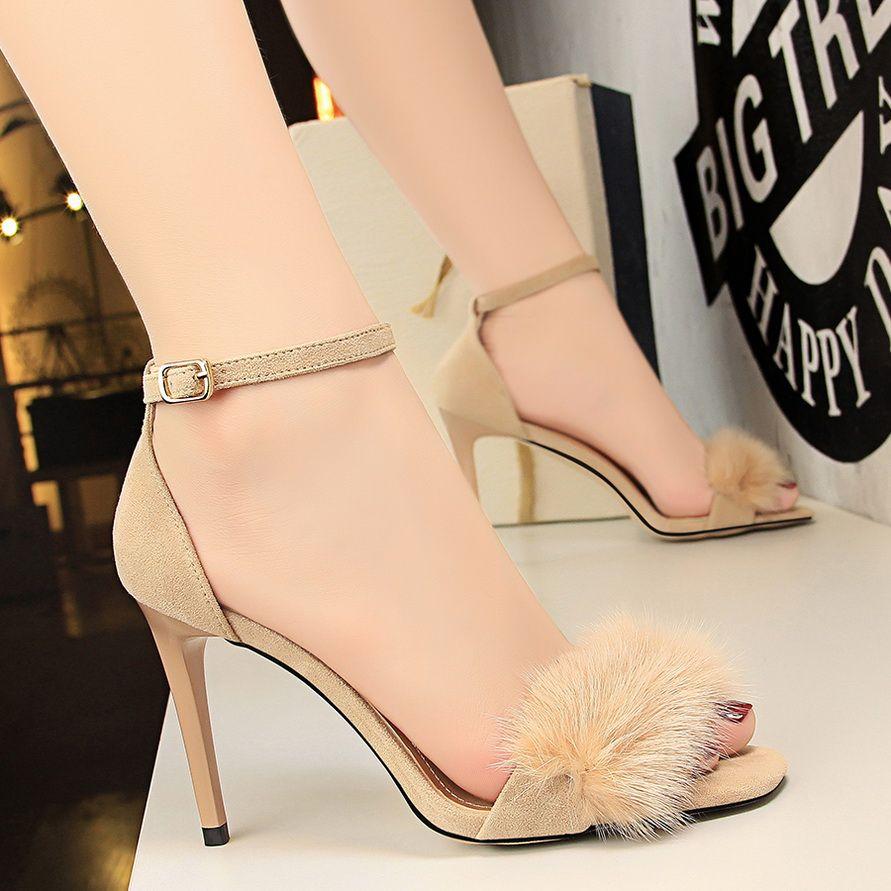 6d86ebf315 Compre 2018 Mulheres De Verão 9 Cm Sandálias De Salto Alto Feminino Fetiche  Gladiador Fur Stiletto Sapatos De Senhora Vermelho Nude Rosa Sexy Scarpins  ...