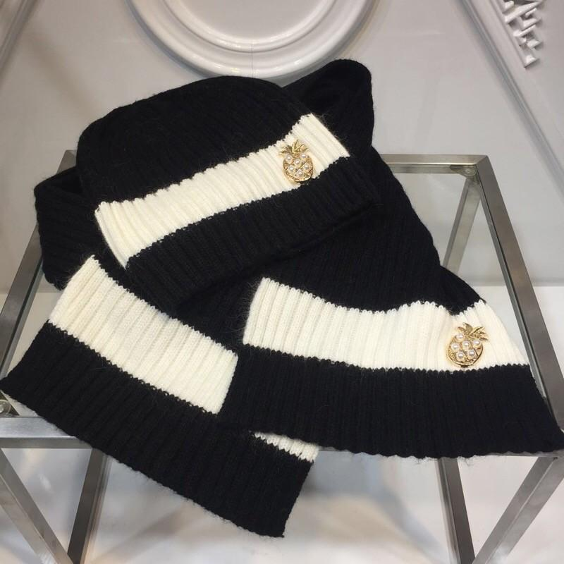 998d9267fc0 2018 Autumn And Winter Models Black And White with Hat Scarf Suit ...