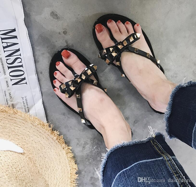 2017 Europa remache chanclas de verano mujer jalea zapatos de mujer zapatillas fuera de plano con la novedad casual moda nueva