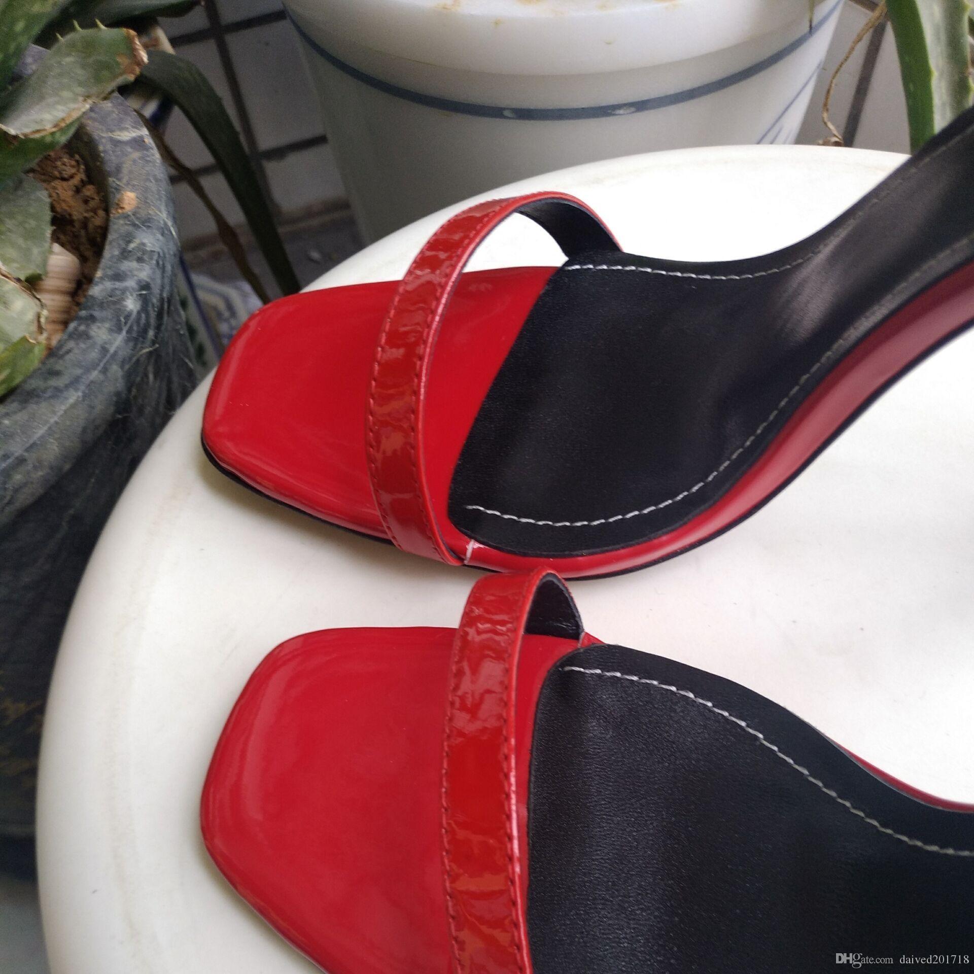 El nuevo estilo europeo de lujo con sandalias de tacón clásico, zapatos para dama, supermodelo de París, pasarela y hebilla de suela de goma
