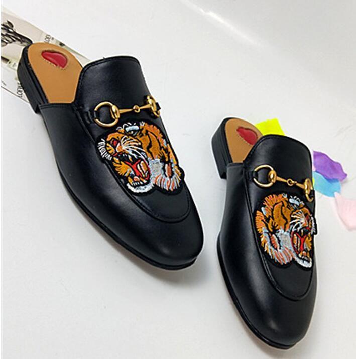 2018 Marca Mujeres Zapatillas Diseñador de Lujo Moda Mocasines de Cuero Genuino Zapatos de Cadena de Metal Damas Casual Mulas Pisos de Alta Calidad Mocasines