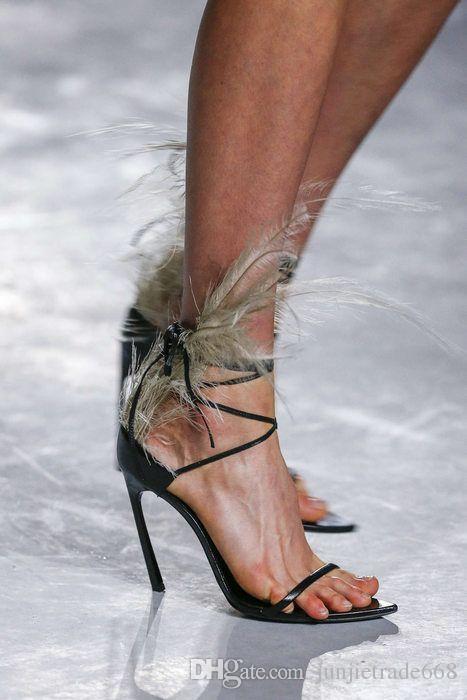 2018 Pasarela hilo plumas vacías sexy estación T sirve sandalias de cuero genuino tacones altos altos con punta abierta zapatos cruzados de moda