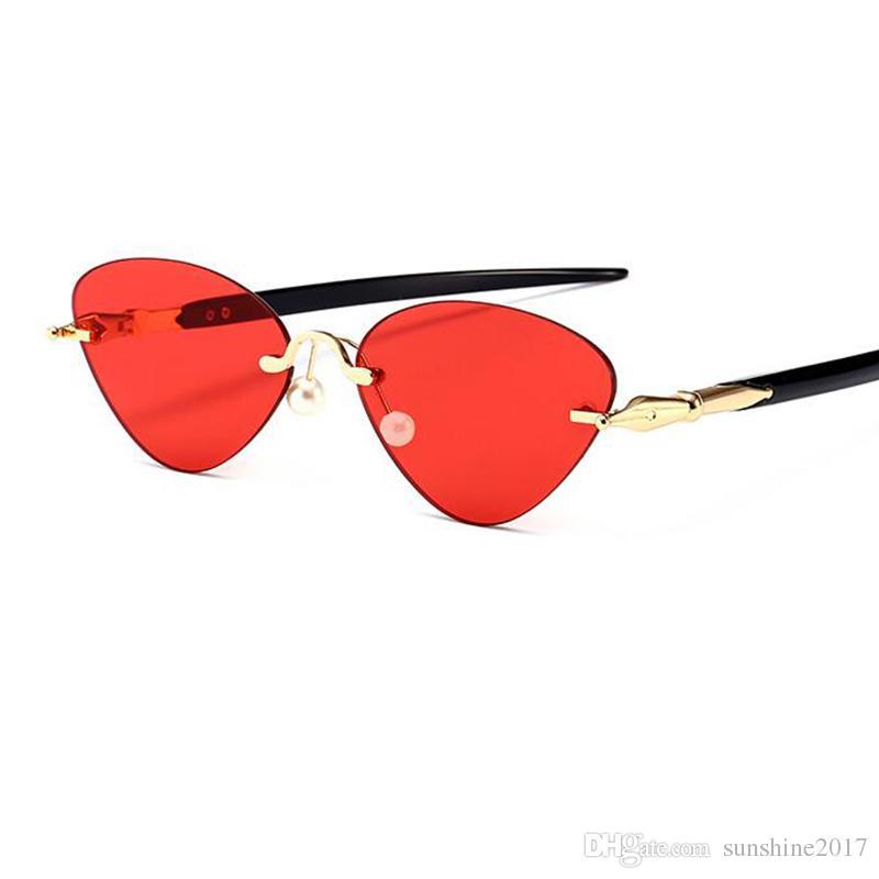 ed7d702d85b1a Compre Pequeño Marco Sin Rimless Gato Gafas De Sol Rojo Lente 2018 Nuevas  Mujeres Marca Diseñador Triángulo Negro Verde Rosa Gafas De Sol Hembra  Claro Gatos ...