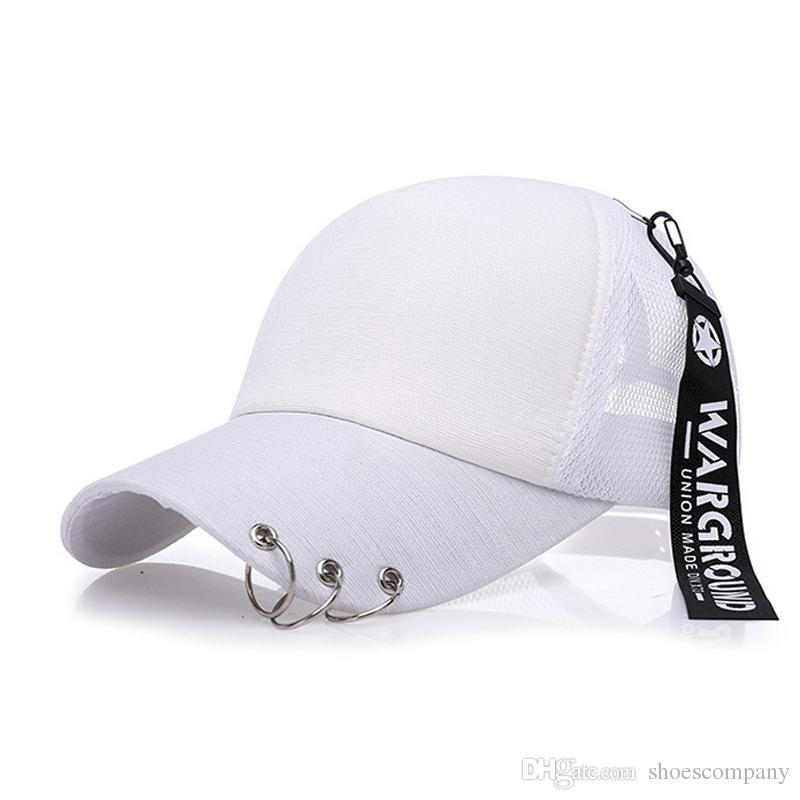 Compre Nuevo Snapback Moda Iron Ring Sombreros En Blanco Gorras De Béisbol  Para Hombres Mujeres Deportes Hip Hop Cap Marca Sol Sombrero Gorras Venta  Al Por ... 0fc31f57cee