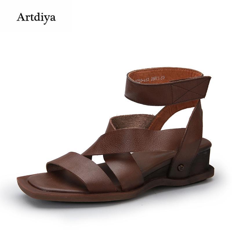 a4a9487d8e Compre Atacado Verão Novas Mulheres Retro Sandálias Sapatos De Couro  Genuíno Confortável Mãe Personalidade Gancho Loop Sandálias 2239 A13 De  Yigu008