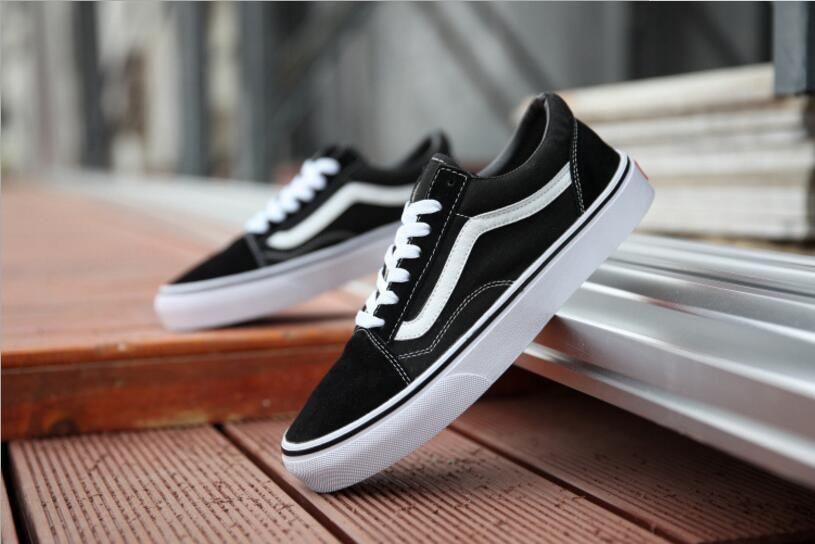 2b2de6892b1fe Compre 2018 Moda Unisex Zapatos De Lona Ocasionales Clásicos Blancos Negros  Marcas Mujeres Y Zapatillas De Deporte Para Hombre Zapatos De Skate A   25.39 Del ...