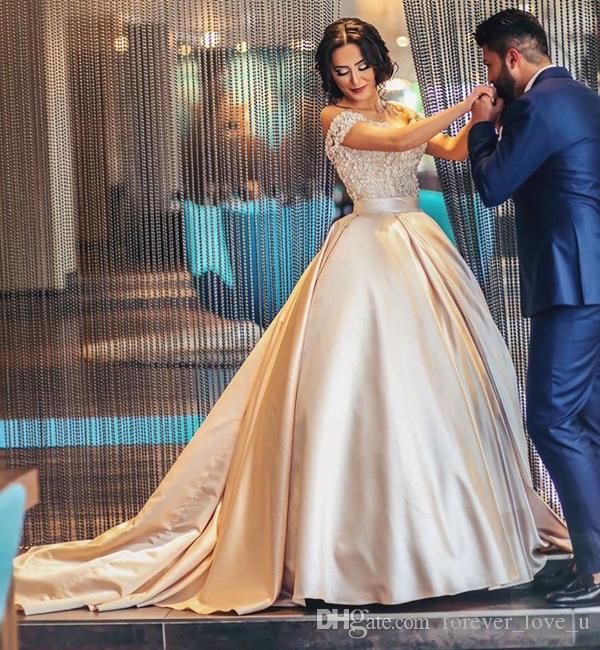 Arabic A-линии Свадебные платья Off плеча Изысканный шнурка Аппликация Top Заказные цвета платья Люкс с Sash и поезд