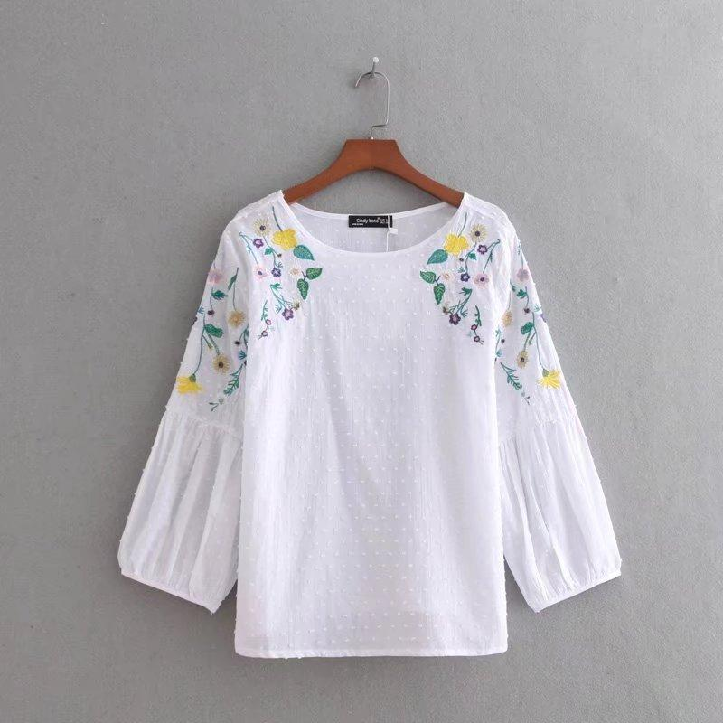 71cf825c78 Compre 2018 Novas Mulheres Vestidos Posição Flor Bordado Camisa Branca  Blusa Feminina Lanterna Do Vintage Manga Tops Blusas Femininas LS2199 De  Candice98