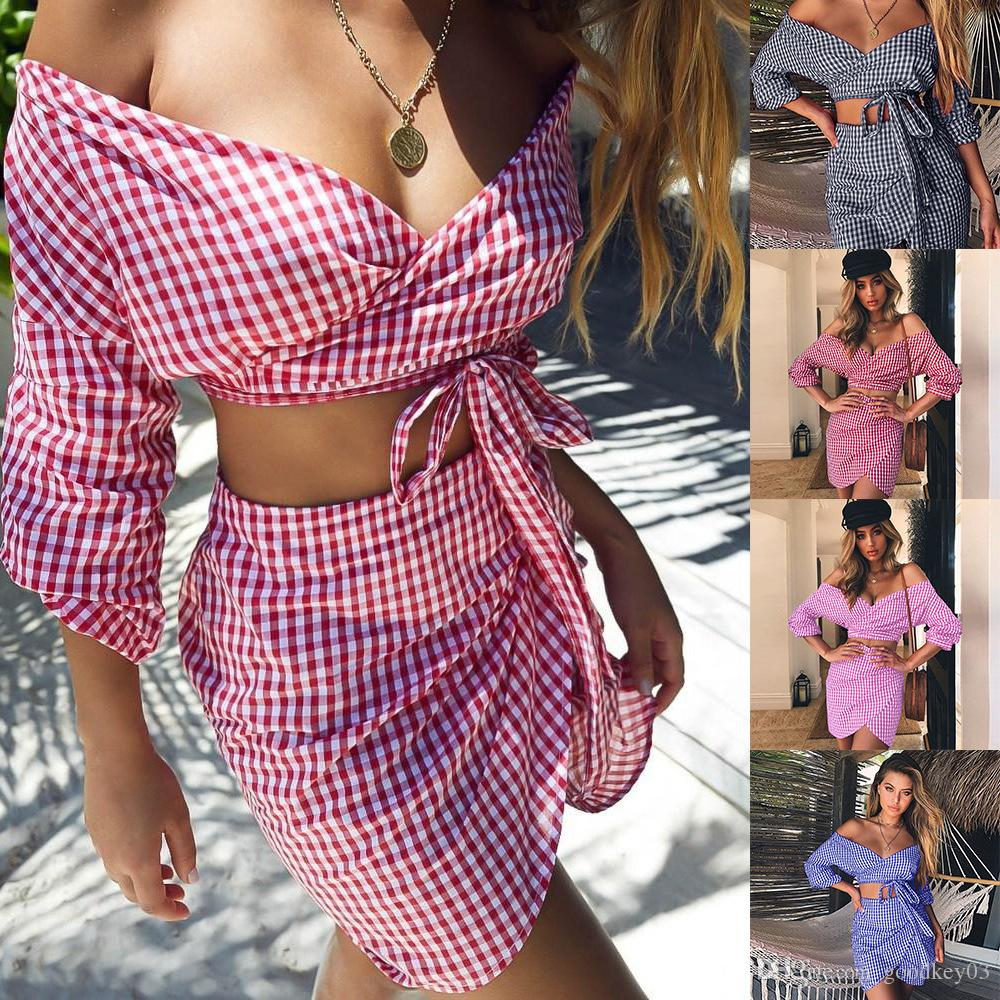a77fff43e4 Compre Sexy Summer Two Piece Set 2018 Nueva Moda Con Cuello En V De Gasa A  Cuadros Crop Top Y Mini Falda Irregular Para Mujer Ropa De Verano A  12.95  Del ...