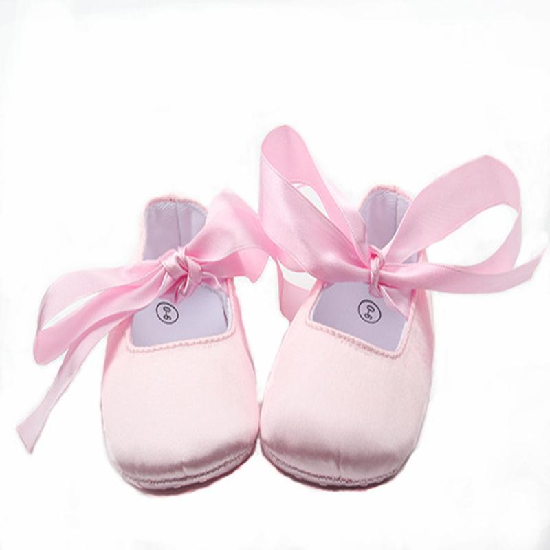 571598c87228a Acheter Gros Bébé Chaussures Satin Rose Douce Princesse Chaussures Bébé  Fille Ballet Chaussures Rubans Infant Prewalker De  10.15 Du Weilidianzi