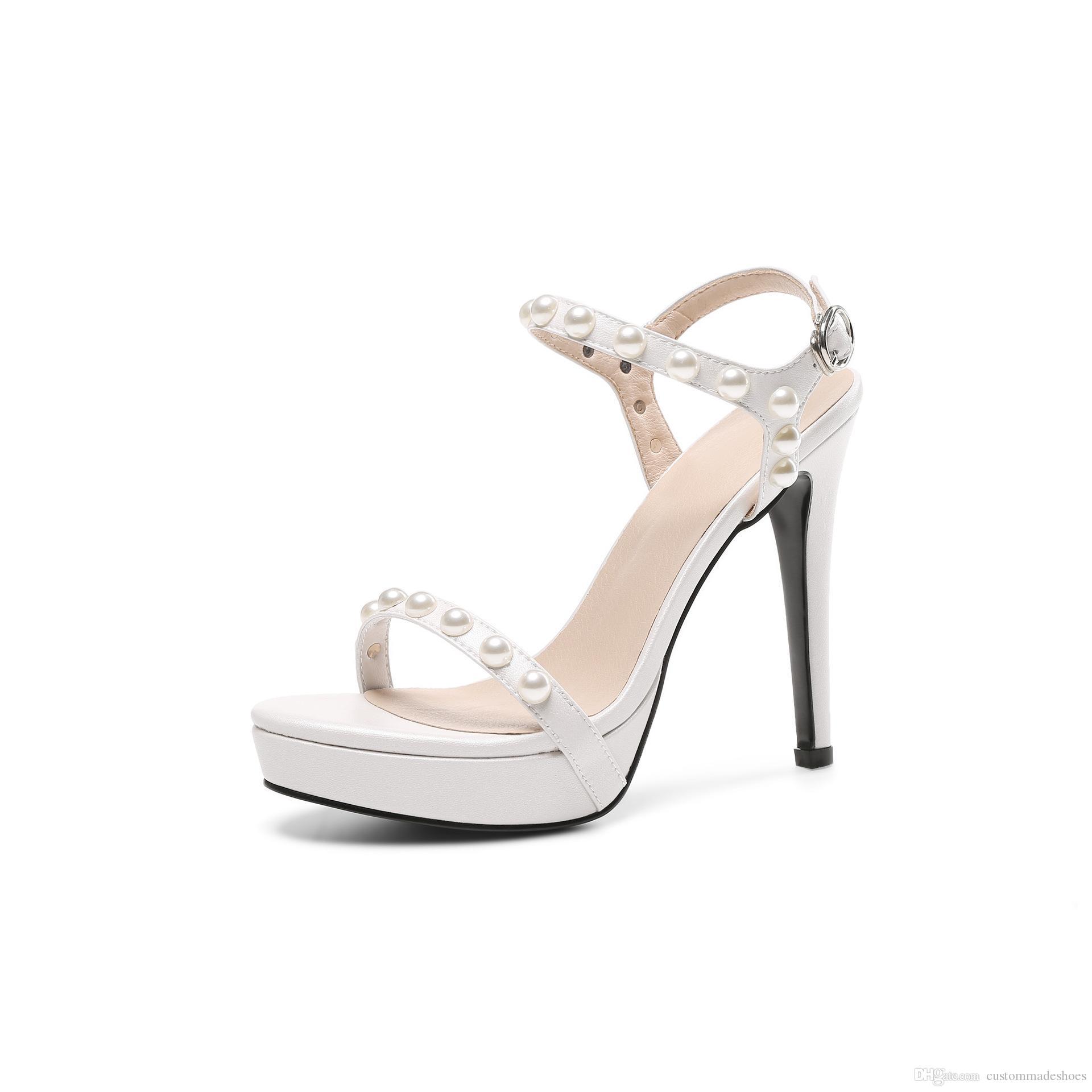 Compre 2018 Gladiador Sandalias Mujeres Zapatos Blancos Plataforma De Verano  Sandalias De Tacón Alto Zapatos De Boda Perla Decoración Zapatillas Mujer  Envío ... cff4b2be06cb