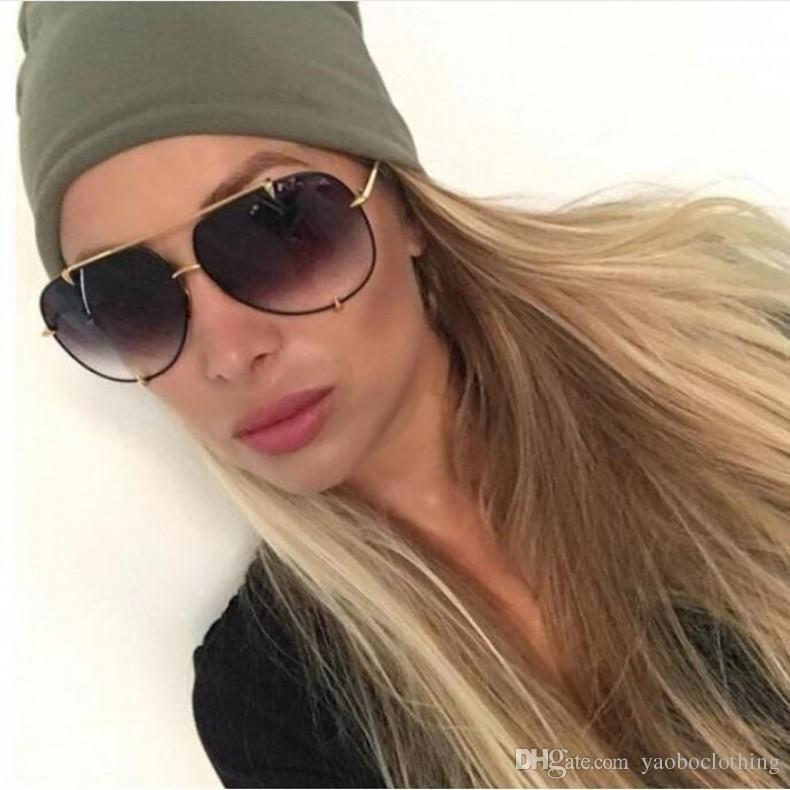 Compre Trending Senhoras Óculos De Sol 2018 New Oversize Óculos De Sol Venda  Quente Mulheres Homens Prata Espelho Shades Marca De Moda Óculos De Sol ... d977d35018